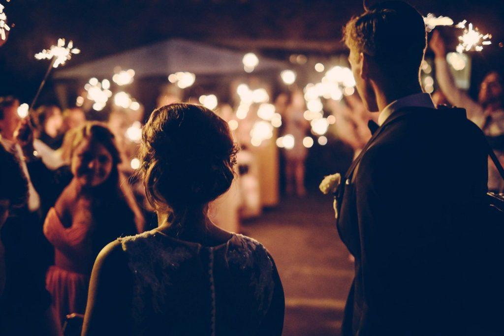 glückliches Brautpaar dank Hochzeitscoaching