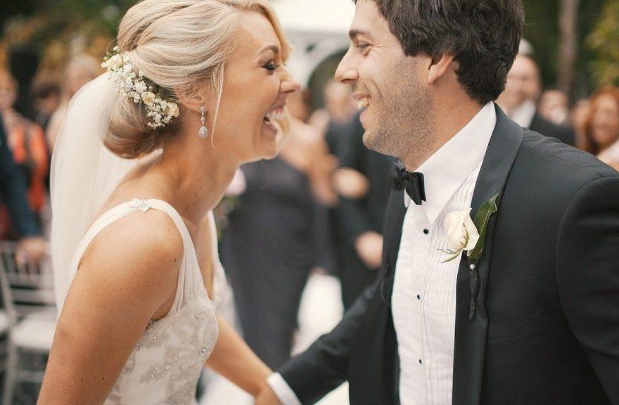 Hochzeitstanz von glücklichem Brautpaar